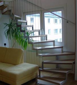 Лестница в таунхаус на металлокаркасе