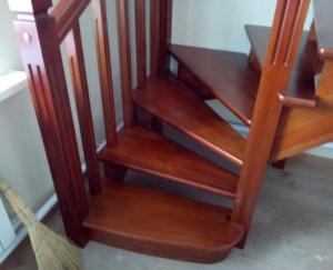 изготовление деревянная лестница в загородный дом