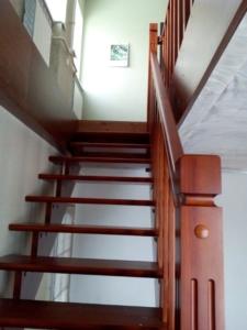 Лестница в загородный дом из дерева