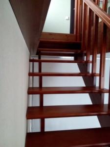 лестница из дуба на второй этаж в дом
