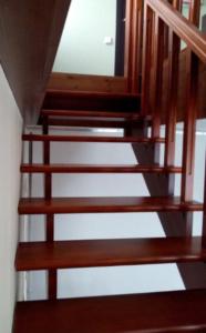 лестница из дерева в дом
