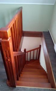 лестница из дерева на второй этаж дома