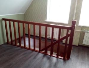 лестница из дерева на дачу в дом