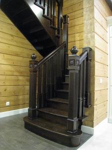 Деревянная лестница в рубленый дом