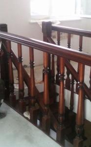 ограждение лестницы с точеными балясинами из сосны