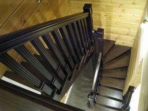 Лестница из дерева в дом столбы с каннелюрами