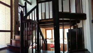 дубовая лестница с резным столбом lascala grande