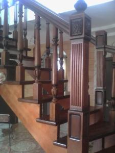 дубовый резной столб с каннелюрами лестницы Lascalagrande.ru