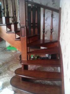 заходные ступени дубовая лестница с резным столбом lascala grande