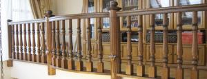 роскошное ограждение лестницы в коттедж минск