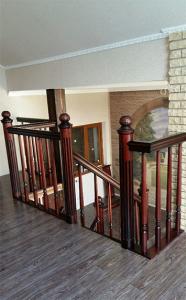 Дубовая лестница со столбами в Липецке