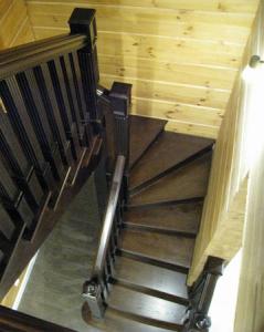 Деревянная лестница в дом с квадратными балясинами