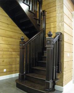заходные столбы лестницы в деревянном доме