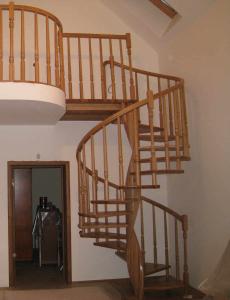 деревянная винтовая лестница в СПб