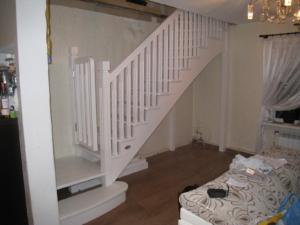 калитка безопасности для детей на деревянной лестнице