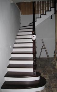 деревянная лестница в коттедж, заказать деревянную лестницу минск