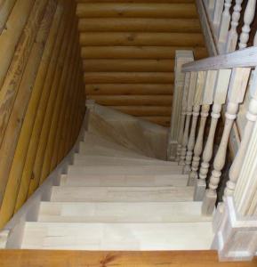 Лестница в рубленном доме с забежными ступенями. Вид сверху