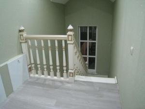 лестница с резными навершиями на фрезерованных столбах