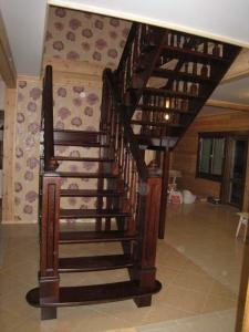 Дубовые резные лестницы с баллюстрадой