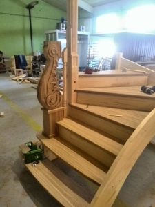 дубовый заходной столб лестницы