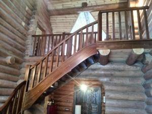 лестница в деревянном рубленном доме, стиль рустик