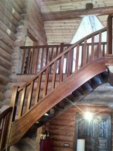 лестница на тетиве на дачу из дерева