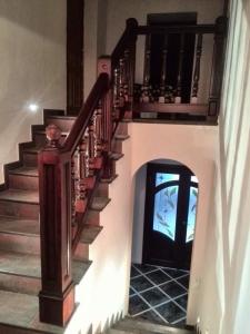 Дубовое ограждение бетонной лестницы. Баллюстрада из дуба.
