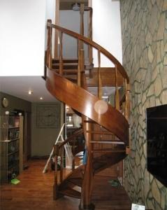 деревянная гнутоклеенная винтовая лестница lascalagrande в доме