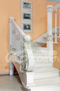 резной столб деревянной лестницы