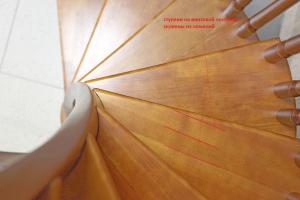 ступени винтовой лестницы склеены из ламелей