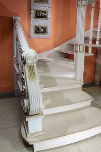 Образец готовой лестницы в салоне