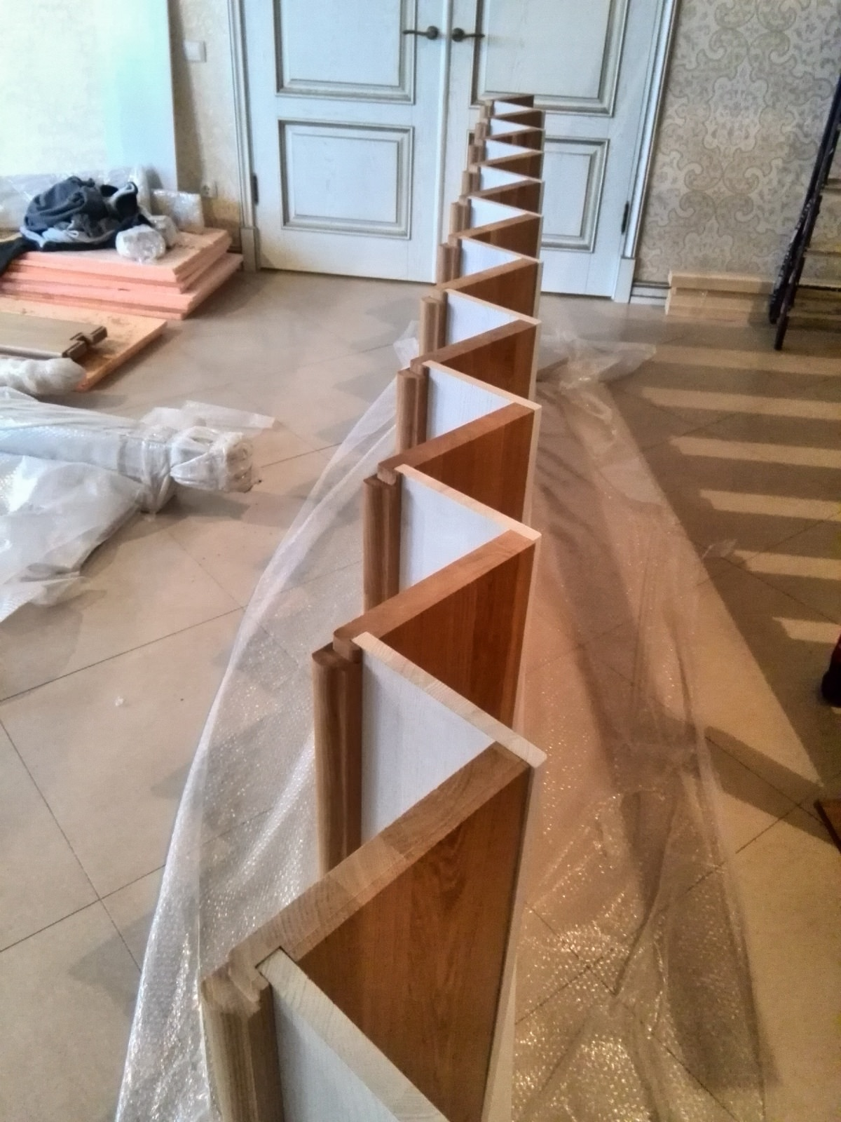 крепление подступеней в ступени лестницы на шип-паз